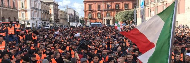 I gilet arancioni in piazza a Bari 1