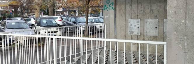 """Roma, i dispositivi """"anti-clochard"""" di piazza Augusto Righi 1"""