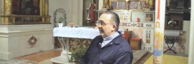 Calendario Romano Preti 2019.Avellino Il Prete Apre La Messa Sulle Note Di Soldi Di