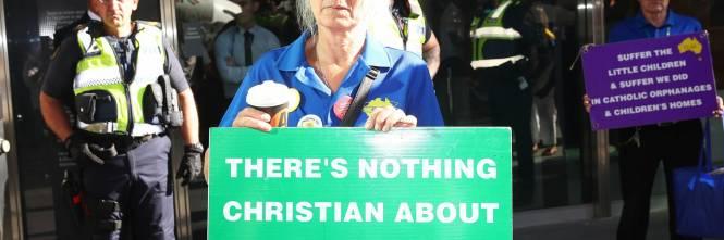 La manifestazione contro il cardinale Pell fuori dal tribunale di Melbourne 1