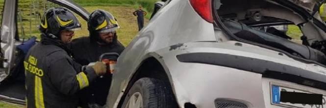 Incidente terribile: auto tagliata in due da guardrail 1