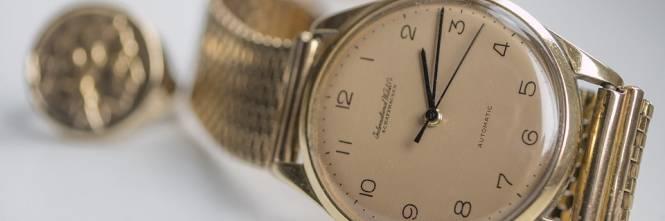 Getta per sbaglio un orologio d'oro, i netturbini lo trovano e glielo restituiscono
