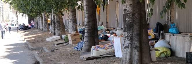 Napoli, clochard accampati davanti all'ospedale Loreto Mare 1