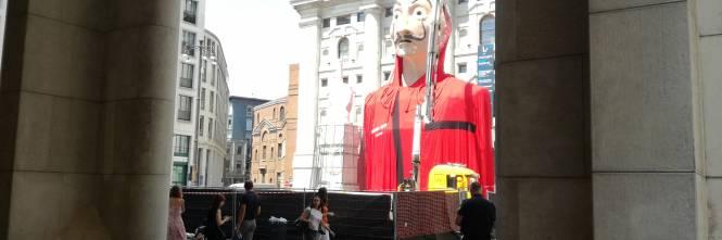 L'enorme maschera de La Casa di Carta in Piazza Affari a Milano 1