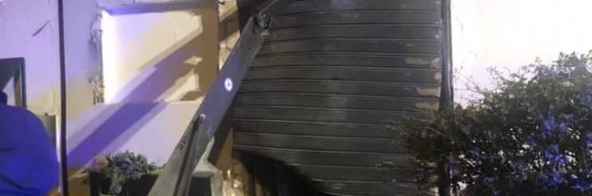 Bomba nel Napoletano: il negozio squarciato dall'esplosione 1