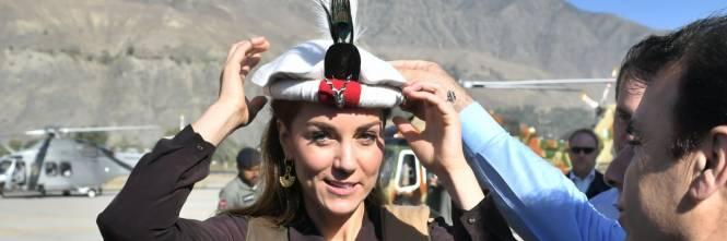 William e Kate indossano i copricapi tradizionali visitando il Chitral 1