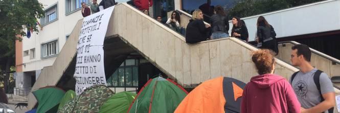 Idonei, ma senza un posto-letto: gli studenti montano le tende all'università 1