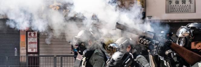 Hong Kong, agente spara a un manifestante 1