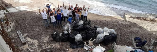 Una spiaggia piena di plastica affoga Santa Flavia 1