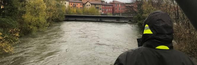 I vigili del fuoco a Luino guardano il fiume in piena 1