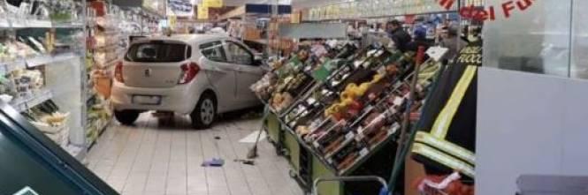 Auto piomba in un supermercato dopo aver sfondato la vetrina 1