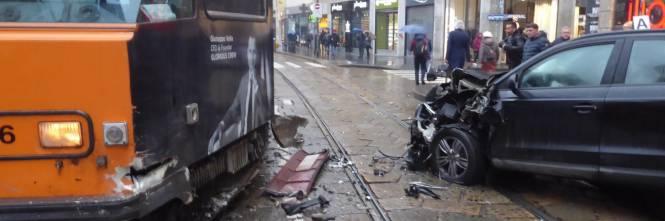 Auto si scontra con tram in centro a Milano 1