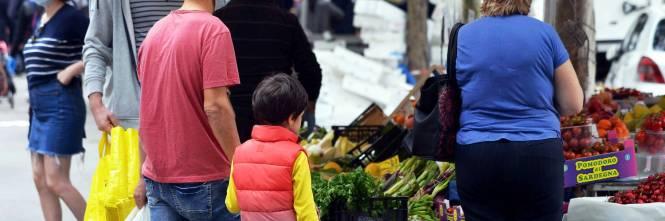 Gente accalcata ai mercati aperti a Milano in pieno coronavirus 1
