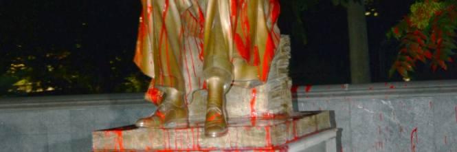 Le immagini dello sfregio alla statua di Montanelli 1