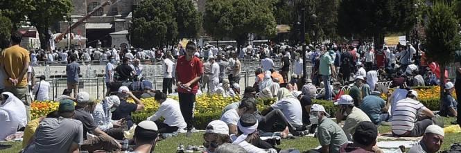 Islamici radunati attorno a Santa Sofia 1