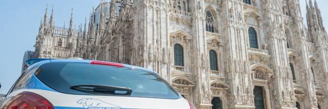 Panico in Duomo a Milano: straniero armato di coltello prende in ostaggio una guardia e la fa inginocchiare 1