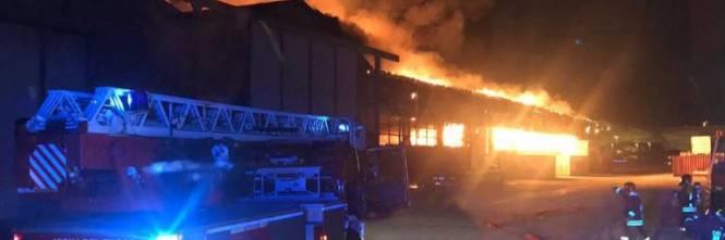 Vasto incendio nel porto di Ancona 1