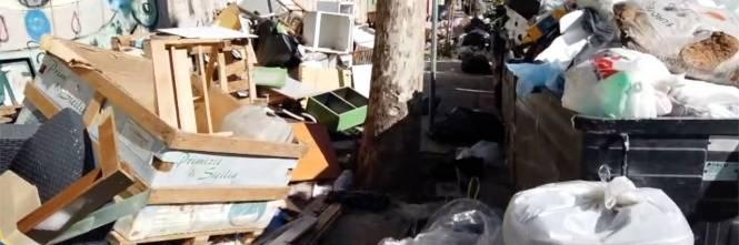 Palermo sommersa dai rifiuti: materassi e motorini in discarica 1