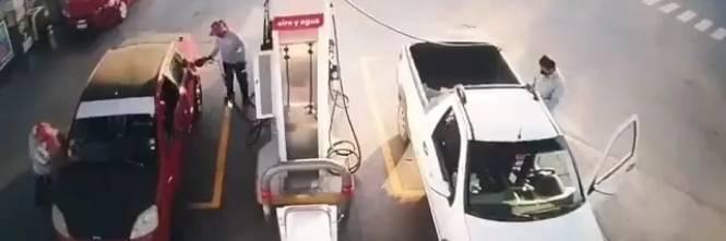 Usa il cellulare mentre fa benzina: dà fuoco all'intera stazione di servizio