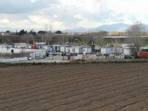 La baraccopoli e i rifiuti vicino al villaggio nomadi autorizzato
