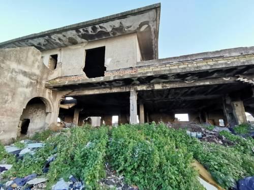 La baraccopoli e i rifiuti vicino al villaggio nomadi autorizzato 3