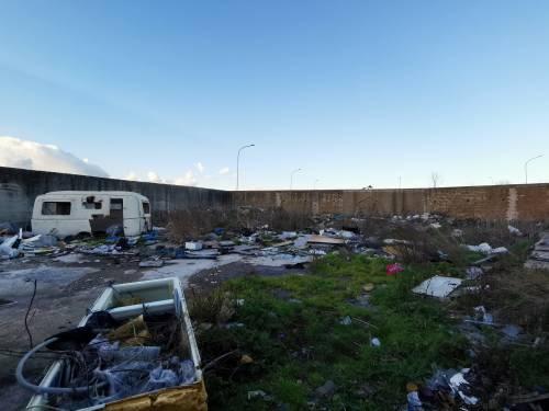 La baraccopoli e i rifiuti vicino al villaggio nomadi autorizzato 4