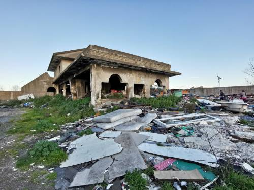 La baraccopoli e i rifiuti vicino al villaggio nomadi autorizzato 5