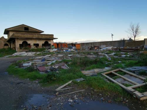 La baraccopoli e i rifiuti vicino al villaggio nomadi autorizzato 6