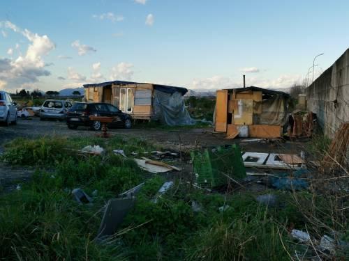La baraccopoli e i rifiuti vicino al villaggio nomadi autorizzato 8
