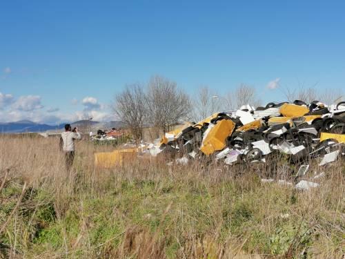 La baraccopoli e i rifiuti vicino al villaggio nomadi autorizzato 1