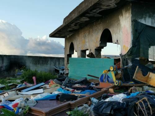 La baraccopoli e i rifiuti vicino al villaggio nomadi autorizzato 2