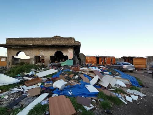 La baraccopoli e i rifiuti vicino al villaggio nomadi autorizzato 7