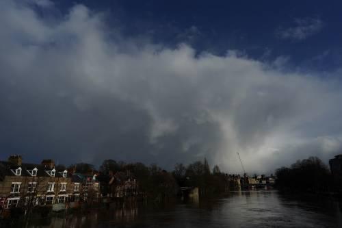 """Allerta rossa per Dennis, la tempesta arrivata in UK: """"Si rischia la vita"""""""