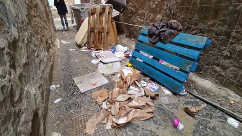 Il vicolo-discarica nel centro storico di Napoli 3