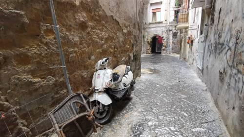 Il vicolo-discarica nel centro storico di Napoli 5
