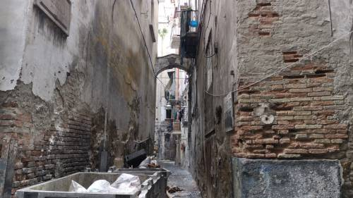 Il vicolo-discarica nel centro storico di Napoli 7
