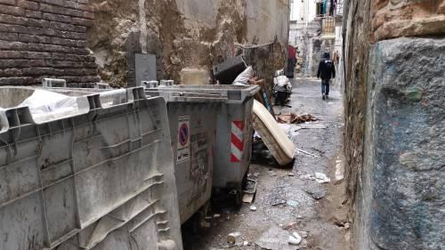 Il vicolo-discarica nel centro storico di Napoli 9