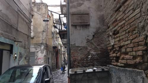 Il vicolo-discarica nel centro storico di Napoli 2