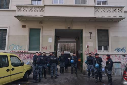 Perquisizioni e sgomberi della polizia in via Gola 2