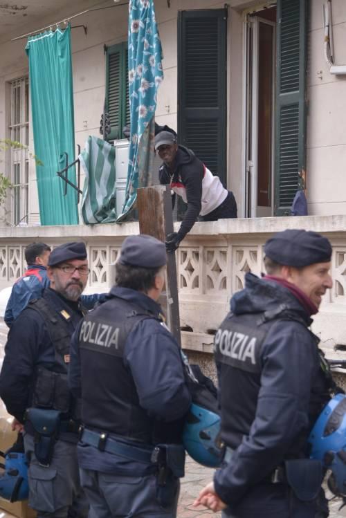 Perquisizioni e sgomberi della polizia in via Gola 3
