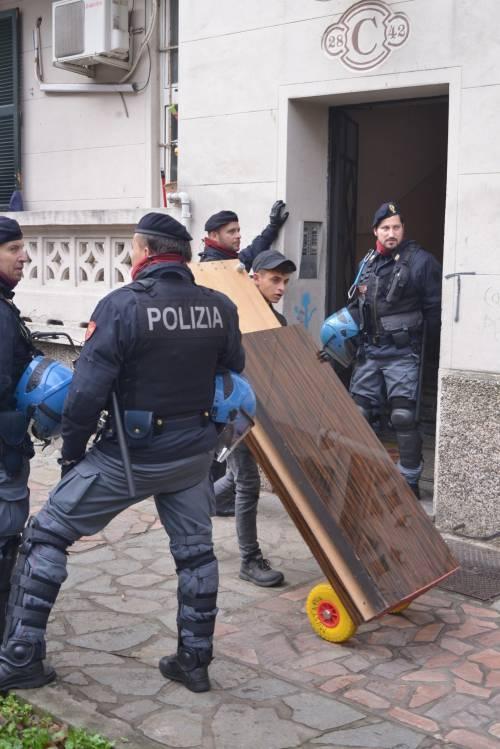 Perquisizioni e sgomberi della polizia in via Gola 4