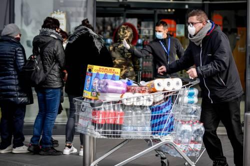 Assalto ai supermercati Risse e scene da guerra fra gli scaf