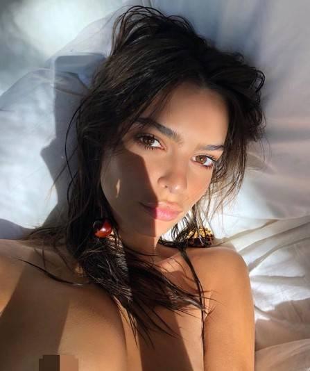 Quarantena hot per Emily Ratajkowski, nuda su Instagram