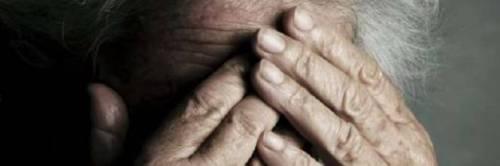 Maltrattava il nonno da 3 anni, denunciato 26enne reggiano
