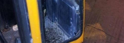Baby gang prende a calci l'autobus e manda in frantumi il vetro della porta