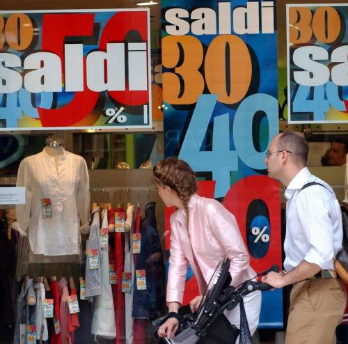 L'inflazione non cresce  e domani via ai saldi