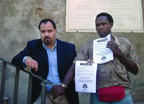 Nigeriano si incatena: «Roma città razzista»