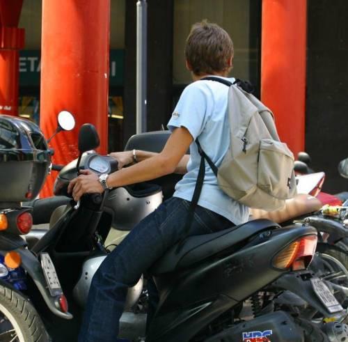 Chi viaggia senza casco dice addio allo scooter