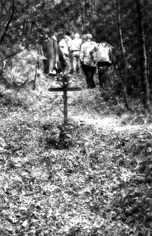 Fucilati e sepolti vivi davanti a un bambino