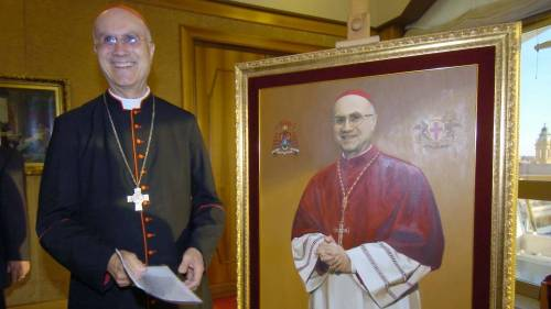 Il cardinale Bertone diventa un quadro